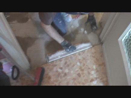 Come posare le piastrelle di un pavimento in diagonale con fuga da 2 mm - Posa piastrelle pavimento ...